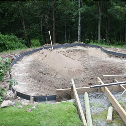 Vi börjar bygga grunden för en damm